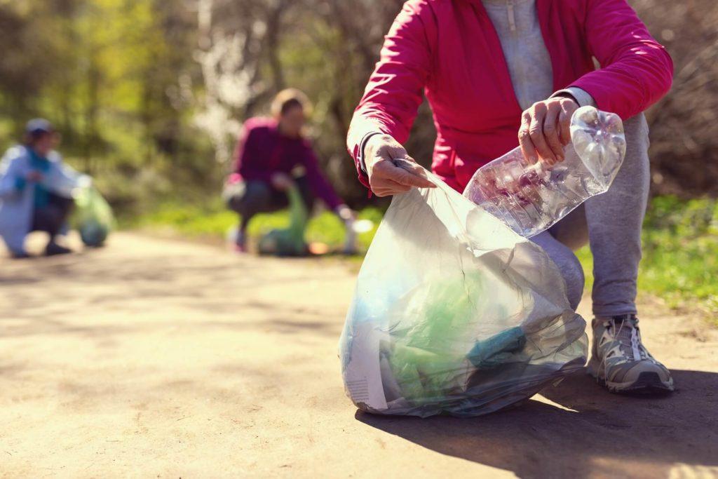 Volontari raccolgono spazzatura